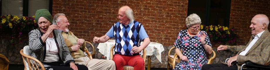 """Im Seniorenheim geht es vergnügt zu - Szenenfoto aus """"Codewort: Doppelkopf"""" von Ise Papendorf - Uraufführung am Theater Wedel 2018"""