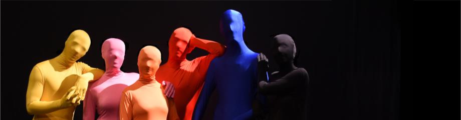 Sechs Figuren in Ganzkörperanzügen - im Netz bleibt man anonym - Romann real.life am Theater Wedel